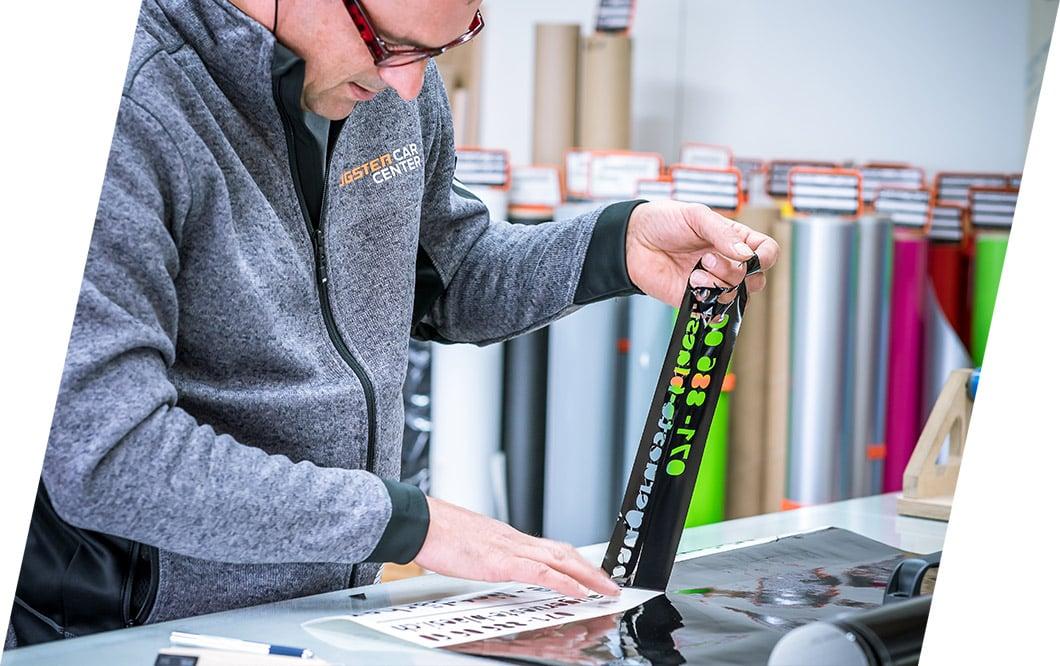 Plotten der Folien und sorgfältige Montage im BeschriftungsCenter, Eugster AG Thal